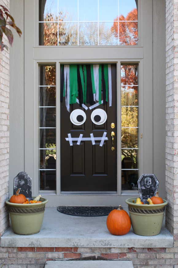 Modern Day Moms, Halloween Front Porch Ideas via House of Hargrove