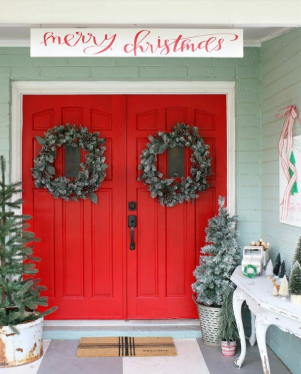 There is no shortage of amazing Christmas Front Porches right here!